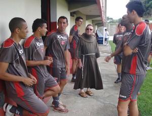 Frei visita jogadores do Guarani-MG (Foto: Cleber Corrêa/GLOBOESPORTE.COM)
