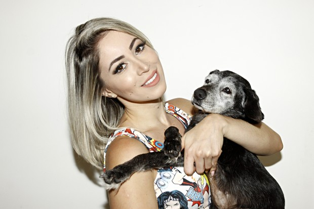 Carol Narizinho posa com sua cachorrinha mais velha, Foca, de 17 anos (Foto: Celso Tavares/EGO)