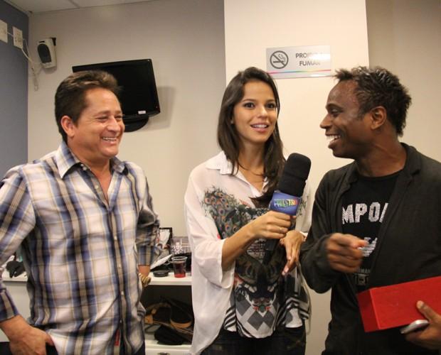 Edílson ganha o primeiro pedaço de bolo (Foto: Domingão do Faustão / TV Globo)