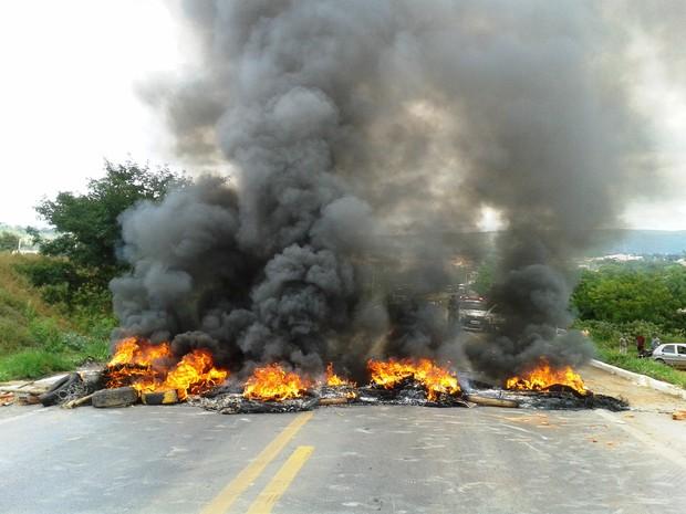 Manifestantes colocaram fogo em pneus (Foto: Michelly Oda / G1)
