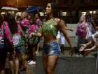 Renata Santos enfrenta forte chuva em ensaio de rua da Mangueira