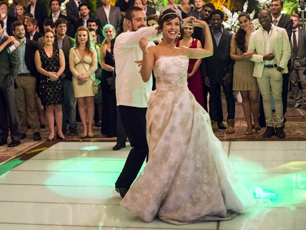Animada, Clara pede para Vicente dançar com ela uma última música (Foto: Raphael Dias / TV Globo)