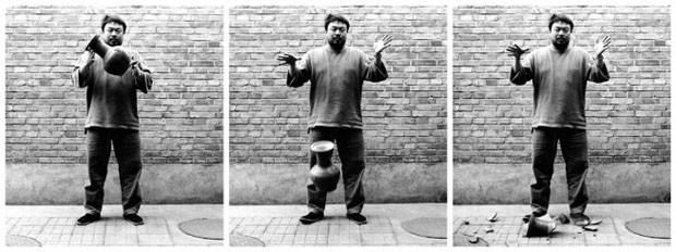 Derrubando uma urna da dinastia Han, 1995 (Foto: Ai Weiwei)