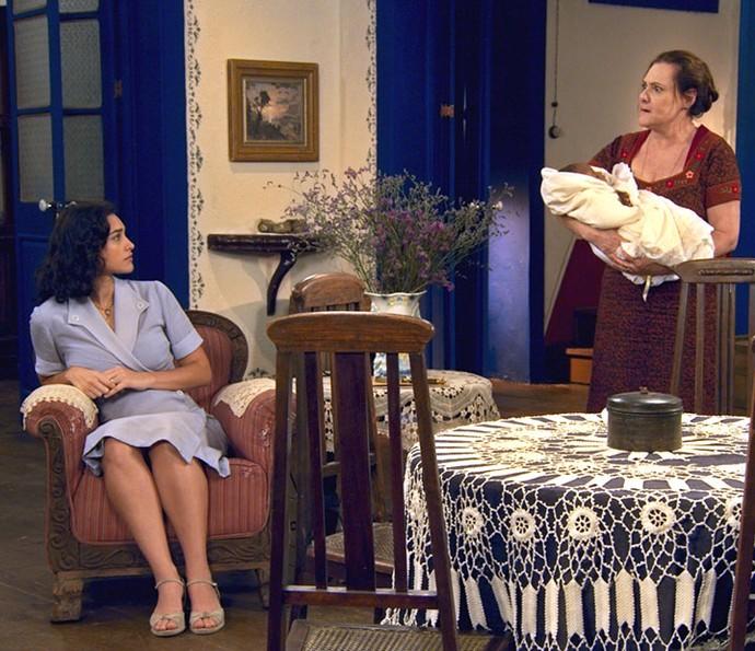 Cunegundes usa técnica para o bebê parar de chorar (Foto: TV Globo)