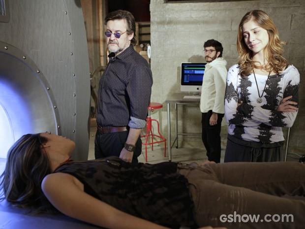 Mesmo diante da máquina, Lili não poupa o pai e diz que tem vergonha de ser sua filha (Foto: Fábio Rocha/TV Globo)