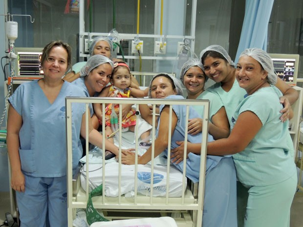 Débora se despediu da equipe do Hospital Varela Santiago nesta quarta em Natal (Foto: Felipe Gibson/G1)