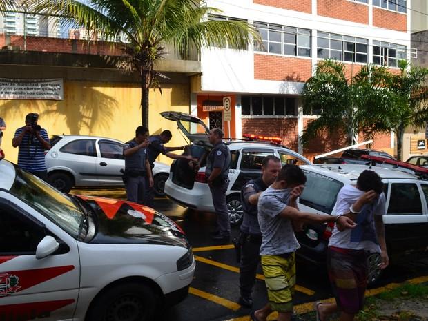 Integrantes da quadrilha são levados para o Plantão Policial de Piracicaba  (Foto: Hildeberto Jr./G1)