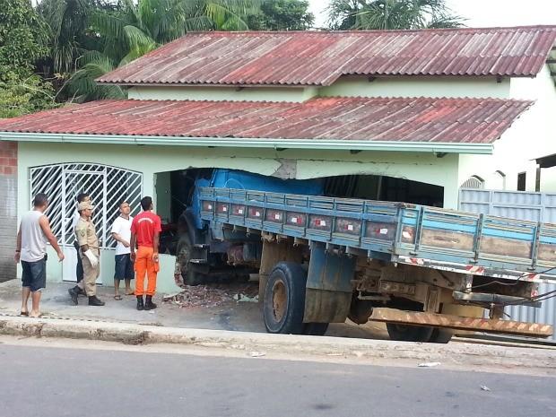 Caminhão invade residência em Cruzeiro do Sul, interior do Acre (Foto: Neto Costa / Cedida)