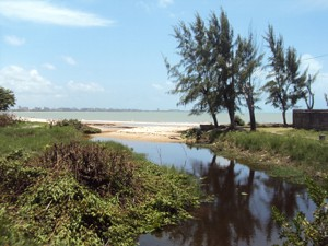Praia do Bessa sofre com esgoto clandestino (Foto: Rammom Monte/Globoesporte.com)