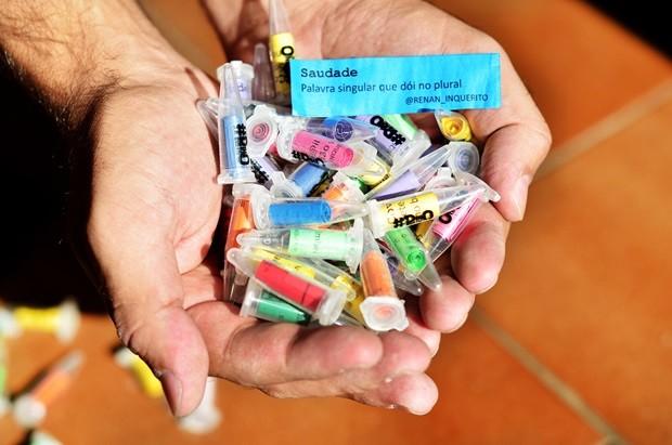 Cpsulas comumente usadas para embalar drogas são rechaeadas de poesia (Foto: Marcio Salata)