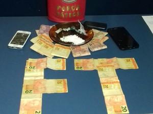 Força Tática apreendeu drogas e cerca de R$ 1 mil em espécie  (Foto: Divulgação/ Polícia Militar)