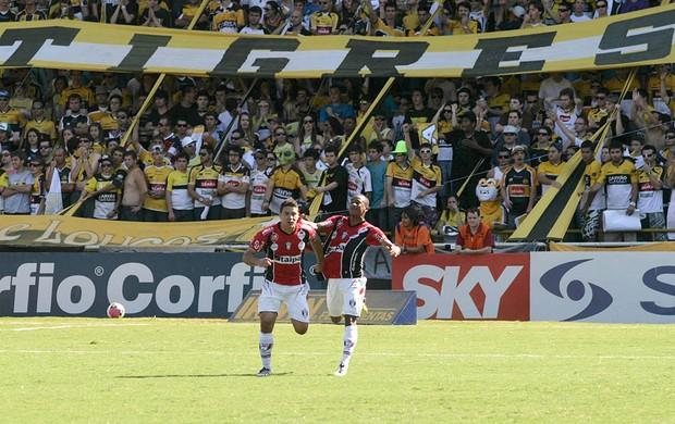 Glaydson comemora gol do Joinville contra o Criciúma (Foto: Fernando Ribeiro / Ag. Estado)