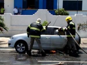 Corpo de Bombeiros conseguiu controlar as chamas antes que carro explodisse  (Foto: Kairo Amaral/Portal Costa Norte)