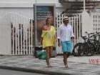Letícia Birkheuer caminha na orla do Leblon, no Rio