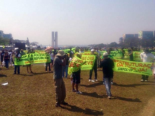 Policiais civis do DF que estão em greve e levaram faixas para a Esplanada dos Ministérios (Foto: Mateus Rodrigues/G1)