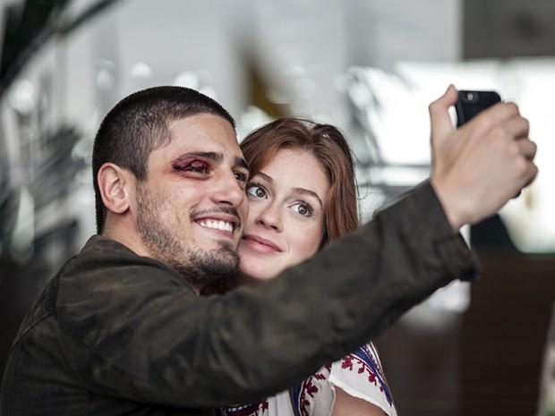 Daniel Rocha e Marina registram amizade por trás das câmeras (Foto: Inácio Moraes/TV Globo)