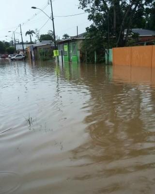 Moradores interditaram pelo menos duas ruas para evitar que os carros jogassem mais água dentro das casas (Foto: Divulgação/Corpo de Bombeiro do Acre)