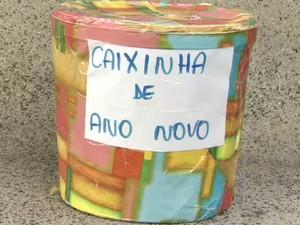 Caixinha de natal levada pelos criminosos em São José. (Foto: Reprodução/TV Vanguarda)