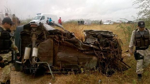 Fiat onde estava a mulher, o marido e duas crianças ficou completamente destruído (Foto: Blog PM Jucurutu)