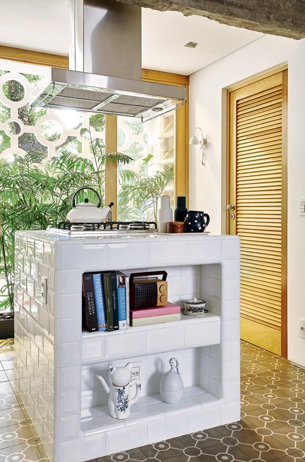 Apartamento de 98 m² bem iluminado tem jeito de casa  Casa e Jardim  Casas  # Ilha Cozinha Em Alvenaria