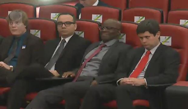 O ministro Joaquim Barbosa assiste ao terceiro dia do julgamento no TSE (Foto: Reprodução/Justiça Eleitoral)