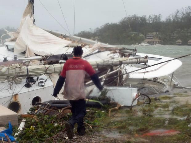 Moradores caminham entre escombros em Vanuatu, no Pacífico Sul, após destruição pelo ciclone Pam (Foto: REUTERS/UNICEF Pacific/Handout via Reuters)