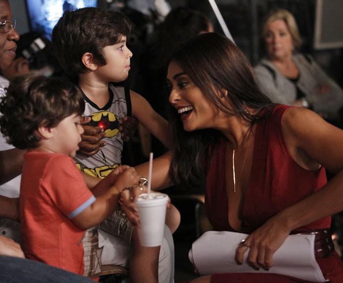 Juliana Paes brinca com os filhos nos bastidores das gravações (Foto: Raphael Dias/Gshow)
