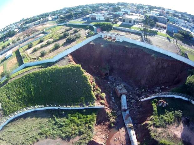 Dimensão da erosão preocupa moradores que são vizinhos do poliesportivo (Foto: Arquivo pessoal/ Fernando Perassoli)