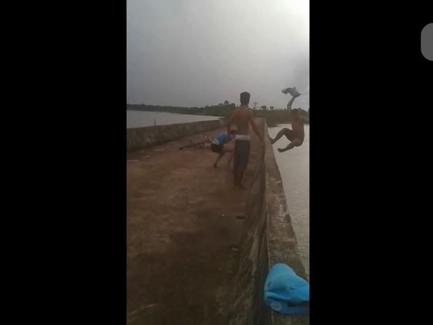 Jovem caiu após ser empurrado por mulher em cima de ponte (Foto: Reprodução/ WhatsApp)
