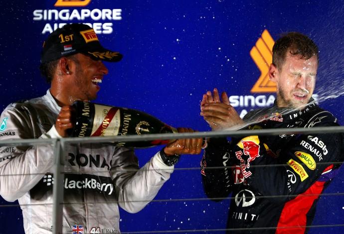 Sebastian Vettel comemora segundo lugar no pódio ao lado do vencedor Lewis Hamilton (Foto: Getty Images)