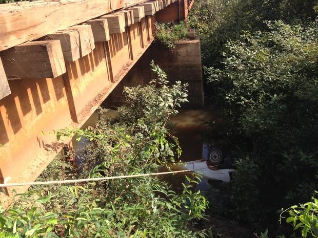 Vítimas morreram após carro cair da ponte (Foto: Júnior Freitas/G1)