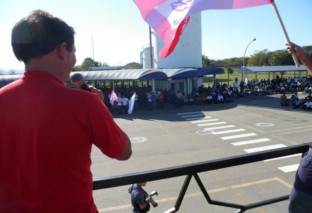 Assembleia na tarde desta terça-feira no pátio da S-10 na GM em São José (Foto: Suellen Fernandes/G1)