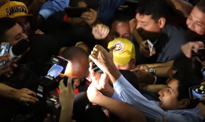 Diego chega ao Brasil e torcida do Flamengo delira (Foto: Fred Gomes/GLOBOESPORTE.COM)