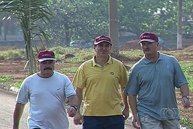 Felipão pagou promessa em Trindade em 2003, após ganhar Copa do Mundo (Foto: Reprodução/TV Anhanguera)