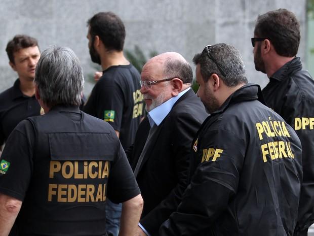 José Adelmário Pinheiro, o Léo Pinheiro, ex-presidente da OAS, é conduzido por agentes para sede da Polícia Federal, na capital paulista, na manhã desta segunda-feira (Foto: Werther Santana/ Estadão Conteúdo)