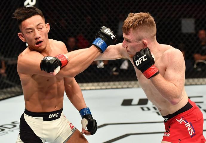 Brett Johns, venceu o sul-coreano Kwan Ho Kwak por decisão unânime (triplo 30-27) (Foto: Getty Images)