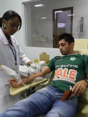 Ceará, lateral-direito do UEC, durante doação de sangue  (Foto: Caroline Aleixo/GLOBOESPORTE.COM)