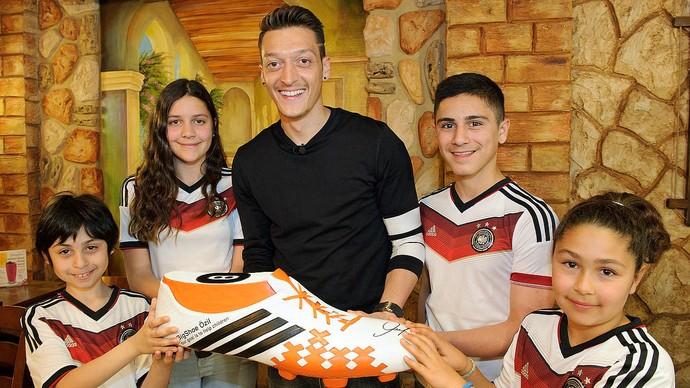Mesut Özil crianças fundação BigShoe (Foto: Reprodução / DFB)