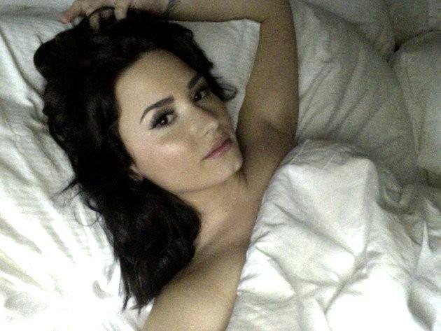 Lovato posa em meio a lençóis. (Foto: Reprodução)