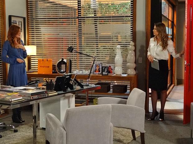 Vânia pega Veruska em atitude suspeita (Foto: Guerra dos Sexos / TV Globo)