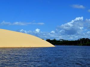 Duna invade o rio Preguiças (Foto: Maurício Araya / G1)