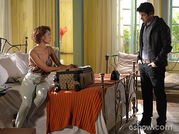 Verônica não percebe a entrada de Jonas, que a observa com carinho (Foto: Camila Serejo / TV Globo)