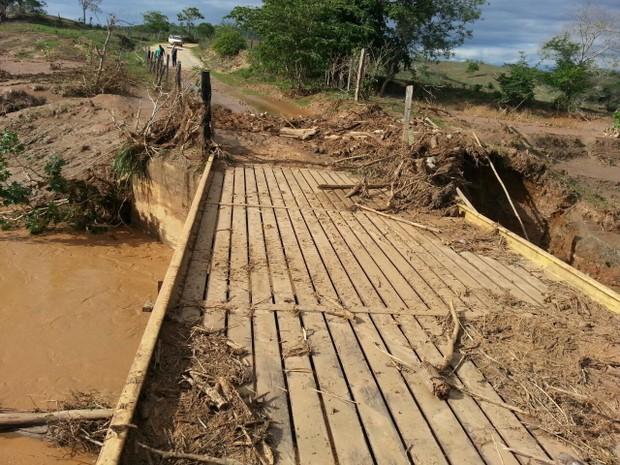Ponte da zona rural de Itueta (MG); algumas estradas da região estão obstruídas. (Foto: Leandro Santos Campos/Defesa Civil)