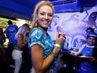 Top Candice Swanepoel arrisca 'sambadinha' em camarote na Sapucaí