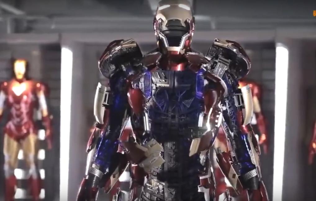 Roupa de brinquedo do Homem de Ferro (Foto: Reprodução/Youtube)