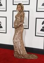 Ciara exibe barriguinha de grávida no tapete vermelho do Grammy