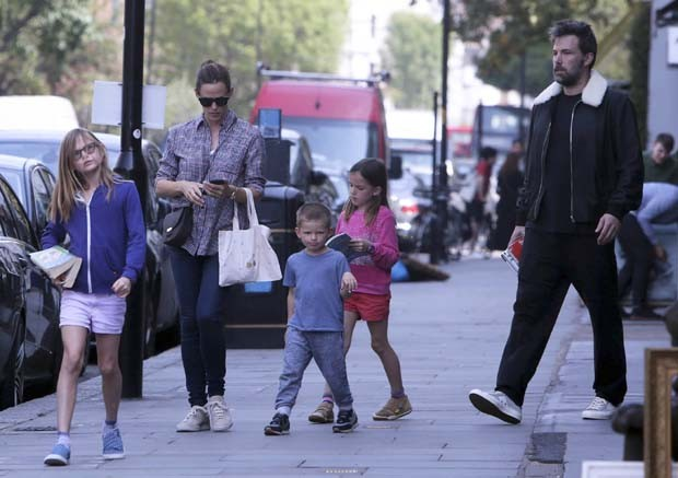 Ben Affleck e Jennifer Garner com os filhos (Foto: Grosby Group)