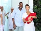 Taís Araújo deixa a maternidade, no Rio, com a filha