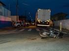 Dupla fica ferida após bater de moto contra caminhão durante perseguição