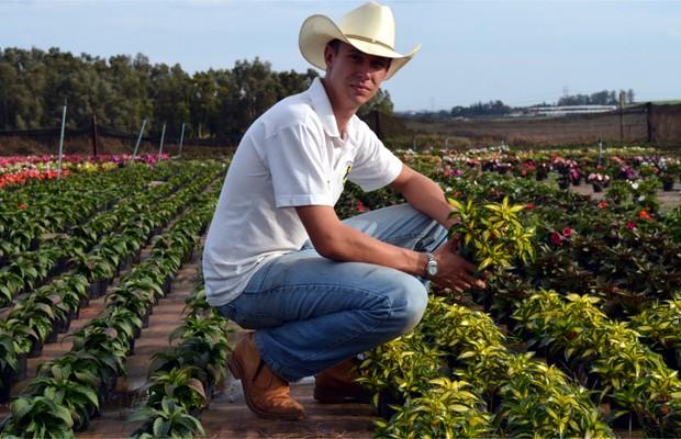 O agricultor Jean Korsten Ferreira caminha pela área de produção (Foto: Luciano Calafiori/G1)